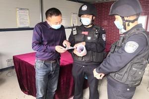 新疆英阿特边境派出所为外来务工人员开展疫情防控宣传